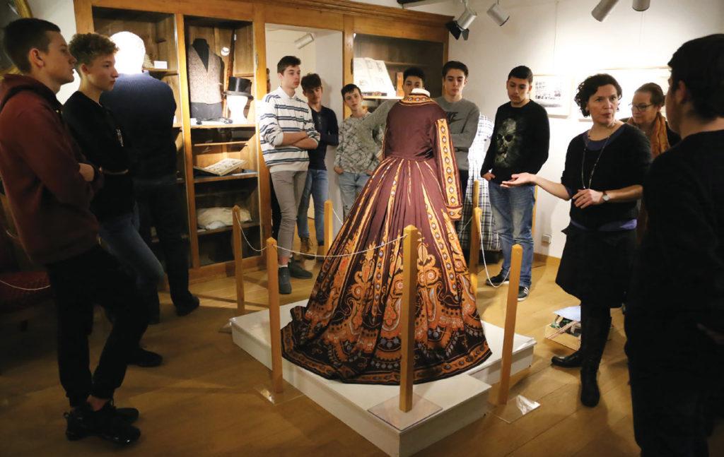 Jeunes en visite à l'exposition Au bout du fil à la Maison des Arts de Bischwiller
