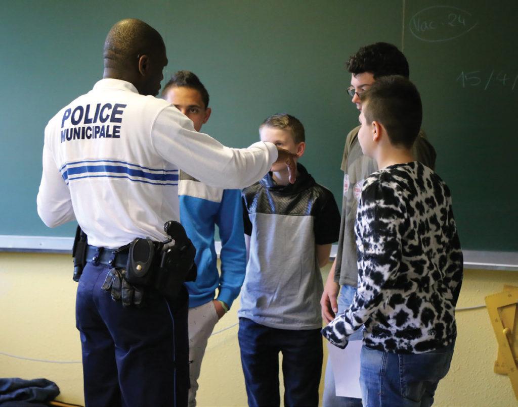 La police municipale intervenant dans les classes de Bischwiller